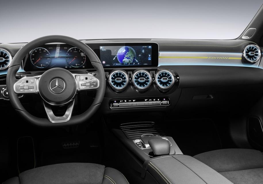 Интерьер нового Mercedes-Benz A-Class с рулем от флагманской «Эски»