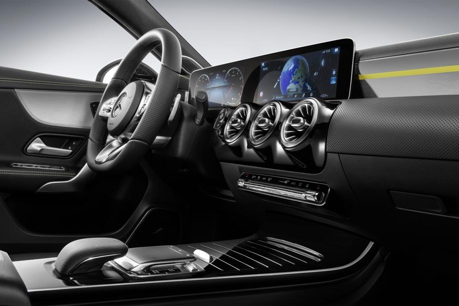 Компания Mercedes-Benz показала официальные фотографии интерьера A-Class нового поколения